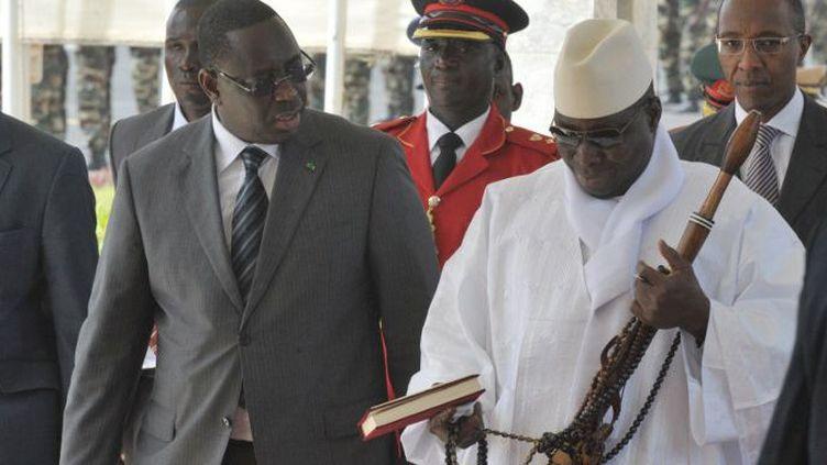 Le président sénégalais Macky Sall (à gauche) accueille son homologue gambien Yaya Jammeh (à droite) le 3 Mai 2012 à Dakar à l'occasion d'un sommet de la CEDEAO. (Photo AFP/Seyllou Diallo)
