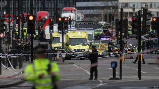Des policiers bouclent le pont de Westminster à Londres, le 22 mars 2017. (DANIEL LEAL-OLIVAS / AFP)