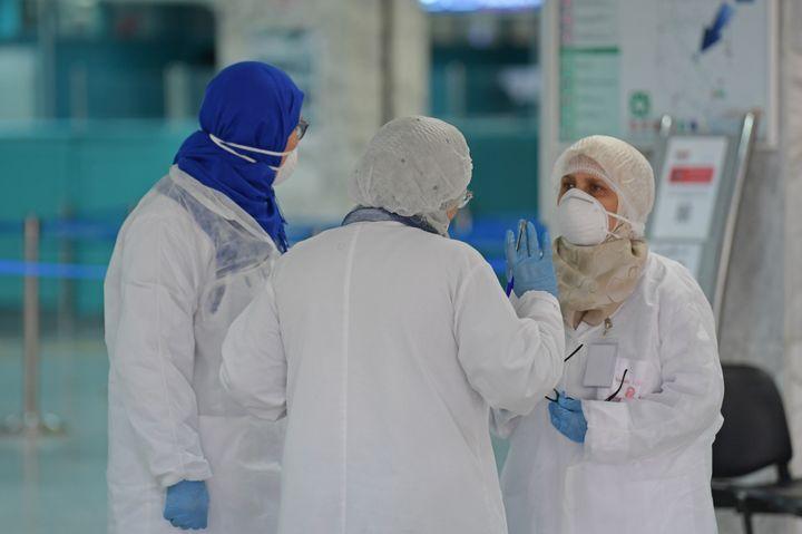A l'aéroport de Tunis-Carthage, du personnel de santé attend, le 10 mars 2020, l'arrivée de passagers pour mesurer leur température. (FETHI BELAID / AFP)