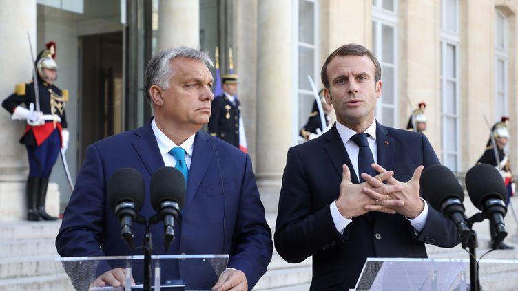 Le président français, Emmanuel Macron, avec le Premier ministre hongrois Viktor Orban, lors d'une conférence de presse à l'Elysée, le 11 octobre 2019 à Paris. (LUDOVIC MARIN / AFP)