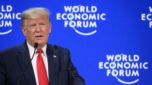 Le président américain Donald Trump prononce un discours lors du Forum économique mondial à Davos (Suisse) le 21 janvier 2020. (FABRICE COFFRINI / AFP)