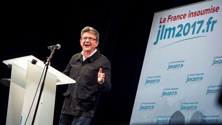 """Jean-Luc Mélenchon, lors d'un discours à Boulogne-sur-Mer le 27 septembre 2016, sous le sigle """"JLM 2017"""". (PHILIPPE HUGUEN / AFP)"""