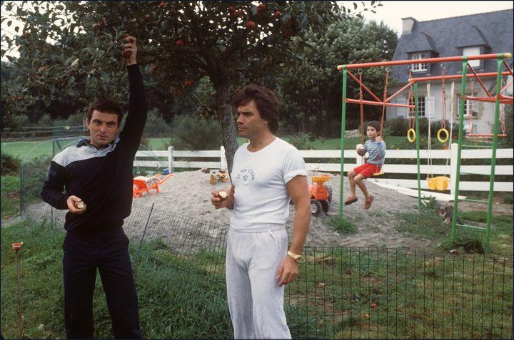 Le cycliste Bernard Hinault (à g.), quintuple vainqueur du Tour de France cycliste, le 7 octobre 1983 dans sa maison de Calorguen (Côtes-d'Armor), avec Bernard Tapie. (AFP)