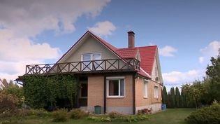 """C'était la version soviétique de la résidence secondaire : les """"datchas"""", situées dans les banlieues boisées, étaient les pied-à-terre des citadins russes. Il en existe des millions autour de Moscou (Russie). Elles ne valent aujourd'hui plus grand-chose. De nombreux propriétaires souhaitent s'en séparer. (CAPTURE ECRAN FRANCE 2)"""