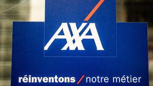 Panneau d'affichage de l'assurance Axa, à Paris, le 26 février 2021. (XOSE BOUZAS / HANS LUCAS / AFP)