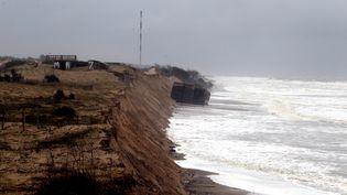 Le littoral aquitain a subi une forte érosion au printemps 2014, comme ici à Soulac-sur-Mer (Gironde), au moment du passage de la tempête Christine. (MAXPPP)