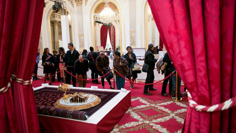Des visiteurs dans la salle des fêtes de l'Elysée, à Paris, lors des Journées du patrimoine, le 14 septembre 2013. (REUTERS)