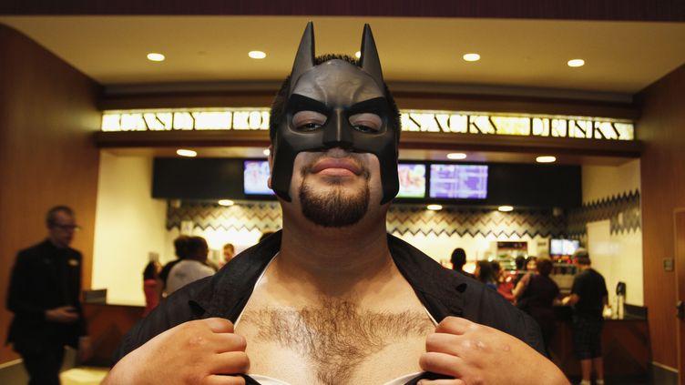 Un spectateur qui s'est rasé le logo de Batman sur le torse se rend à une projection de The Dark Knight Rises,à Los Angeles (Californie), le 19 juillet 2012. (JONATHAN ALCORN / REUTERS)