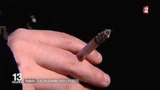 Un lycéen lors d'une pause cigarette, à Paris. (FRANCE 2)