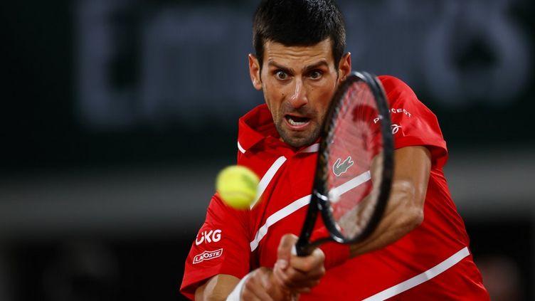 Le Serbe Novak Djokovic lors de la demi-finale de Roland-Garros contre Stefano Tsitsipas vendredi 9 octobre. (THOMAS SAMSON / AFP)