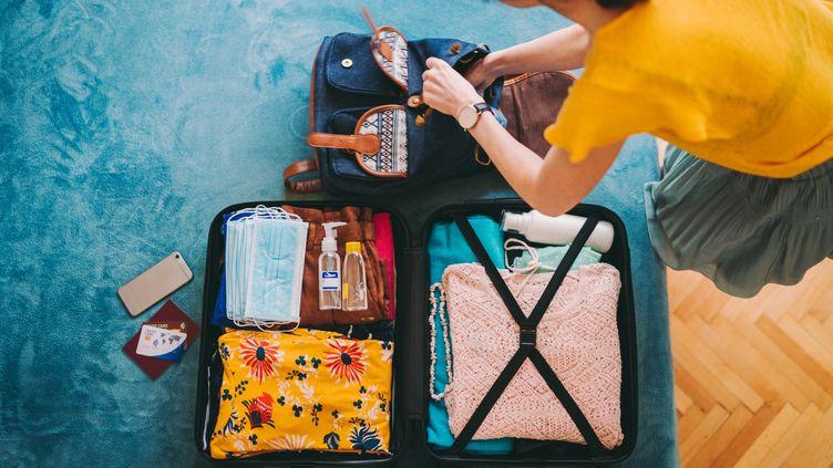 Masques, gel antibactérien désinfectant, nos valises cet été ne sont pas encore débarrassées du Covid... Nos têtes non plus. (MARTIN-DM / E+ / GETTY IMAGES)