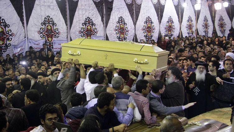 Des coptesassistent aux funérailles des victimes de l'attentat de Tanta (Egypte), le 9 avril 2017. (AFP)