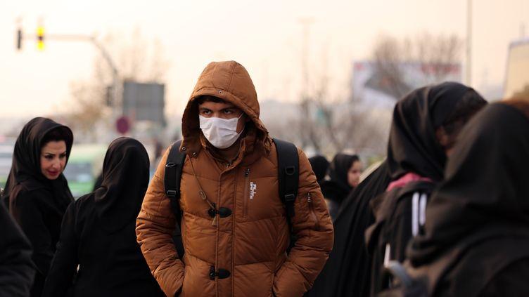 Un homme portant un masque anti-pollution dans les rues de Téhéran (Iran), le 19 décembre 2015. (ATTA KENARE / AFP)