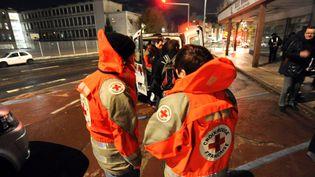 Des bénévoles de la Croix-Rouge distribuent des repas chauds aux sans-abri. (CHRISTELLE BESSEYRE / MAXPPP)