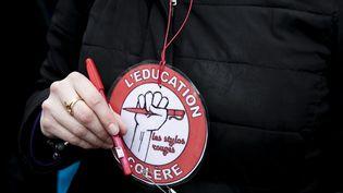"""Les """"stylos rouges"""" regroupent des enseignants en colère (illustration). (VINCENT ISORE / MAXPPP)"""