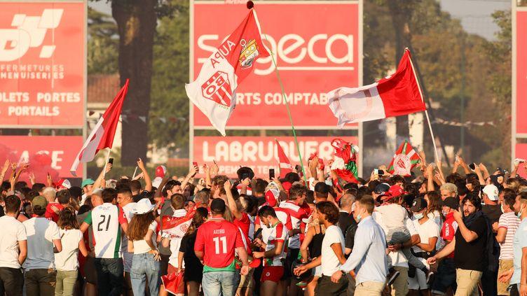 Les supporters biarrots lors de la rencontre Biarritz-Bayonne, samedi 12 juin. (THIBAULT SOUNY / AFP)