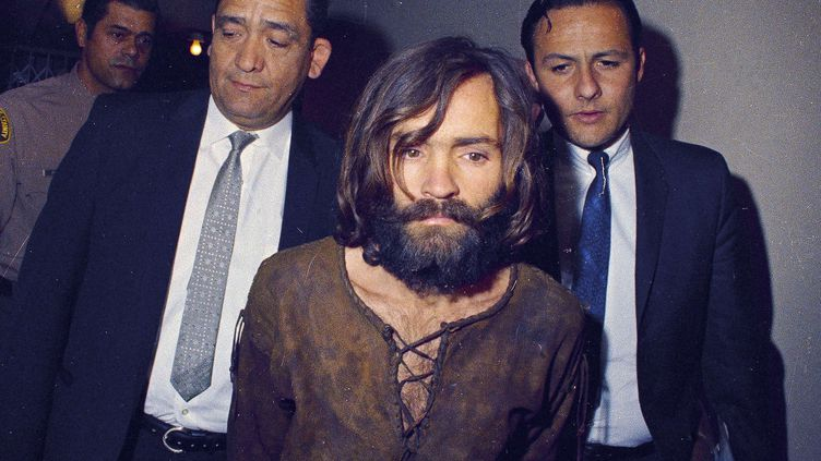 Charles Manson escorté par des policiers à Los Angeles (Californie, Etats-Unis), en 1969. (AP / SIPA)