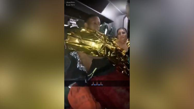 Vidéo diffusée sur les réseaux sociaux montrantDenis Bikiny et la jeune femme qu'il a sauvée de la noyade, dimanche 7 octobre. (CAPTURE D'ÉCRAN)
