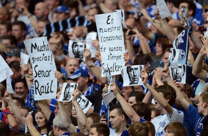 L'hommage de Raùl à Schalke 04, le 28 avril 2012 (PATRIK STOLLARZ / AFP)