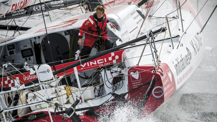 Dotés de foils pour les faire voler au dessus de l'eau, ces bateaux du Vendée Globe, comme celui de Samantha Davies, sont plus puissants et les chocs plus dangereux à parer pour les marins. (VINCENT CURUTCHET / VENDEE GLOBE 2020)