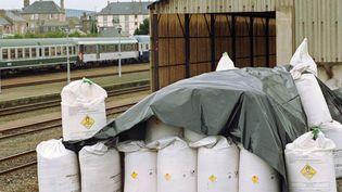 Des sacs contenant de l'engrais chimique à base de nitrate d'ammonium, près de la gare de Saint-Malo (Ille-et-Vilaine), le 1er octobre 2001. (GREGOIRE MAISONNEUVE / AFP)