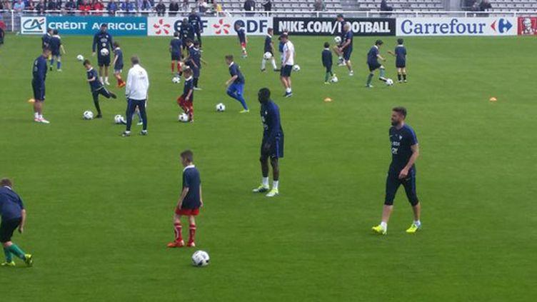 (Les Bleus ont encadré de jeunes footballeurs à Biarritz © Radio France / Philippe Randé)