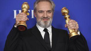 """Le réalisateur Sam Mendes brandit les deux prix reçus pour Meilleur réalisateur et Meilleur drame avec le film """"1917"""", aux 77e Golden Globes à Beverly Hills (Californie), le 5 janvier 2020. (CHRIS PIZZELLO/AP/SIPA / SIPA)"""