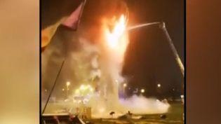 Une évacuation a donné lieudimanche 16 décembreà un violent incendie dans la Vienne sur l'un des ronds-points occupés. La Main Jaune, une sculpture, est partie est fumée.  (France 3)