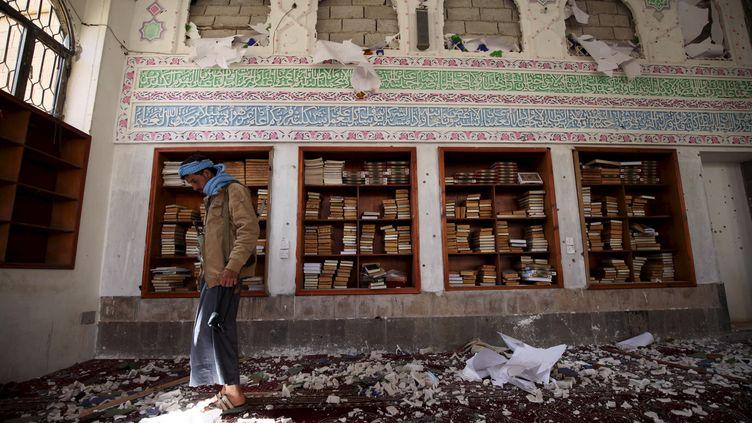 Un homme inspecte les décombres après un attentat-suicide dans une mosquée de Sanaa (Yémen), le 20 mars 2015. (MOHAMED AL-SAYAGHI / REUTERS )