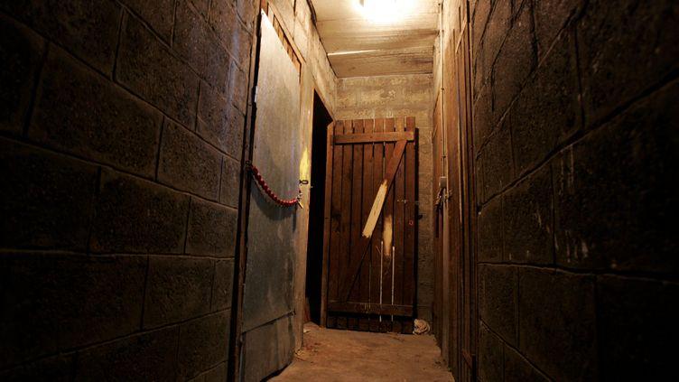 Ninaa été violée de 1999 à 2001, alors qu'elle avait entre 16 et 18 ans, par une vingtaine de garçons, notamment dans cette cave d'un immeuble HLM de Fontenay-sous-Bois, photographiée le 17 juin 2006. (MATTHIEU DE MARTIGNAC / MAXPPP)