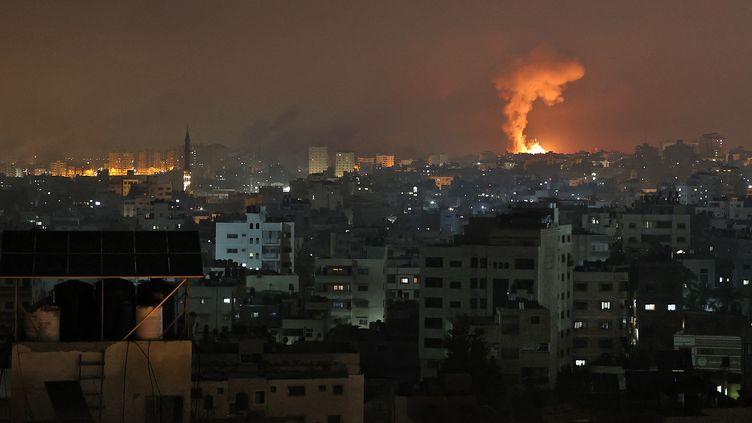 Une explosion à la suite d'une frappe aérienne israélienne dans le bande de Gaza, le 14 mai 2021. (MOHAMMED ABED / AFP)