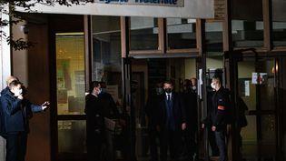 Emmanuel Macron quitte lecollège du Bois d'Aulne, à Conflans-Sainte-Honorine (Yvelynes), vendredi 16 octobre 2020. (AFP)