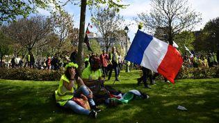 """Des """"gilets jaunes"""", le 6 avril 2019 à Paris. (ANNE-CHRISTINE POUJOULAT / AFP)"""