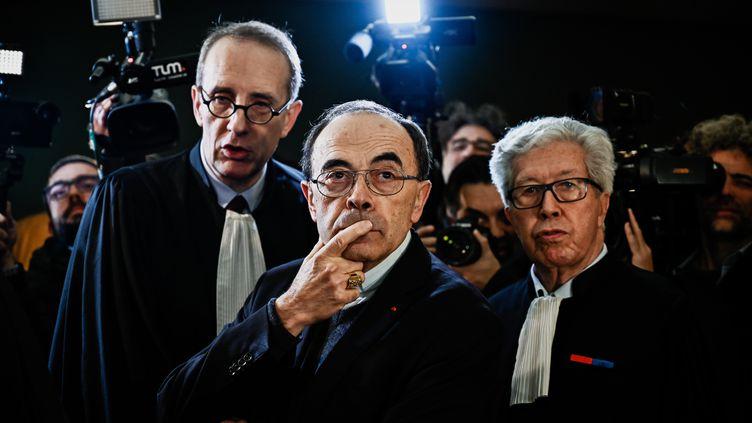 Le cardinal Barbarin entouré par ses avocats, Mes Jean-Félix Luciani et André Soulier. (JEFF PACHOUD / AFP)
