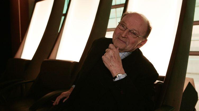 L'écrivain Michel Tournier pose en marge d'une émission de France 5, le 17 janvier 2007, à Issy-les-Moulineaux (Hauts-de-Seine). (OLIVIER LABAN-MATTEI / AFP)
