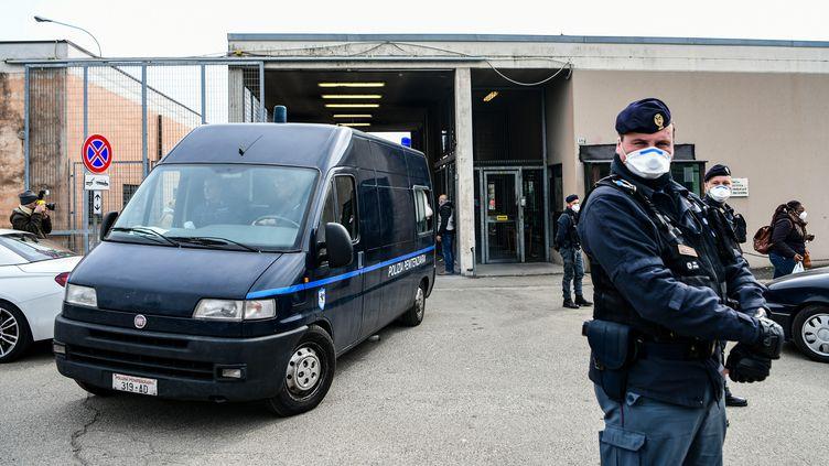 Un fourgon de l'Administration pénitentiaire quitte la prison Sant'Anna, à Modène, le 9 mars 2020 (PIERO CRUCIATTI / AFP)