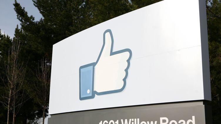 Devant le siège de Facebook, le 1er février 2012, en Californie. (KIMIHIRO HOSHINO / AFP)