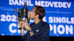 Daniil Medvedev savoure sa victoire à l'US Open 2021. (MATTHEW STOCKMAN / GETTY IMAGES NORTH AMERICA)