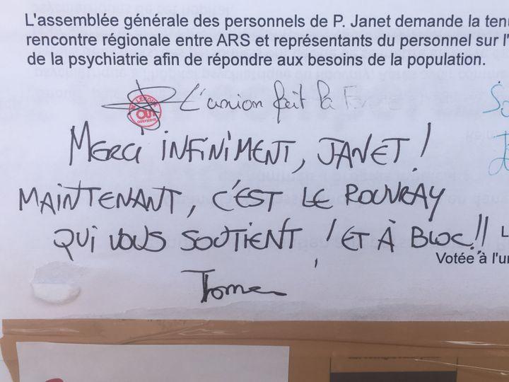 Un message de soutien écrit par un agent de l'hôpital psychiatrique du Rouvray (Seine-Maritime). (JULIETTE CAMPION / FRANCEINFO)