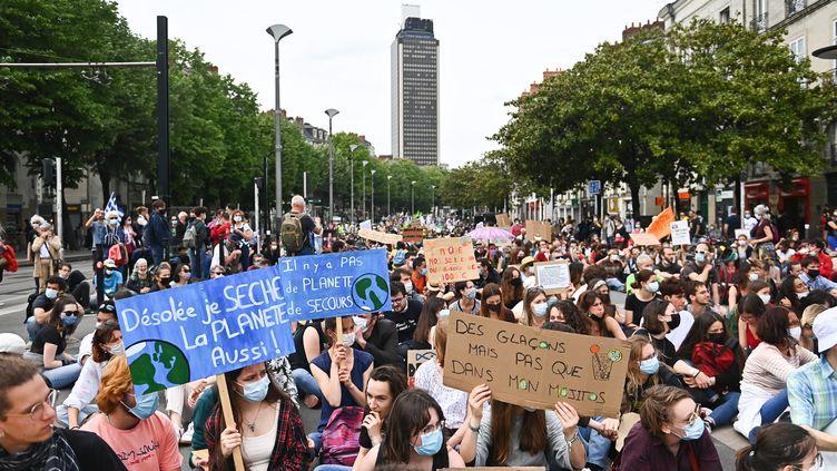Plus d'un millier de personnes rassemblées à Nantes contre le texte de loi climat voté à l'Assemblée nationale (9 mai 2021). (FRANCK DUBRAY / MAXPPP)