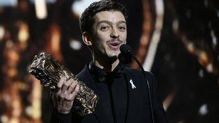 Nahuel Pérez Biscayart décroche le César du meilleur espoir masculin. Au revers de sa veste, lors de la cérémonie, un ruban blanc. (PHILIPPE LOPEZ / AFP)