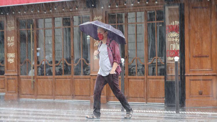 Cette nuit, une partie de l'ouest de la France et de la façade atlantique ont subi de violents orages et de fortes pluies, avec de nombreux dégâts. (ARNAUD JOURNOIS / MAXPPP)