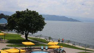 """La vue sur le lac Kivu à partir de l'hôtel """"Serena"""", nouveau palace implanté à Goma, capitale du Nord-Kivu, dans l'est de la République démocratique du Congo. (SAMIR TOUNSI / AFP)"""