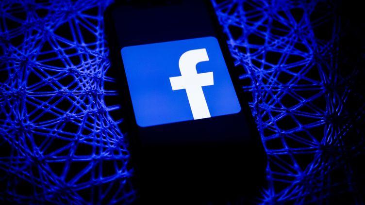 Le logo Facebook sur un téléphone portable, en Pologne, le 8 février 2021. (photo d'illustration) (JAKUB PORZYCKI / NURPHOTO)
