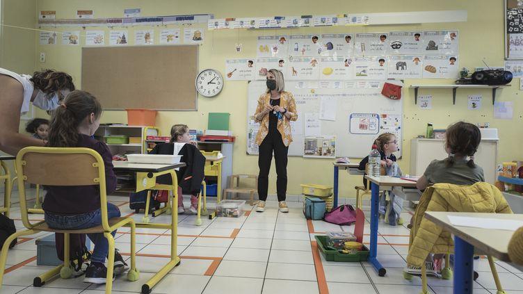 Des enfants en classe àl'école primaire de Barbaira (Aude), le 18 mai 2020, après la réouverture des écoleslors de la pandémie de coronavirus. (IDRISS BIGOU-GILLES / HANS LUCAS / AFP)