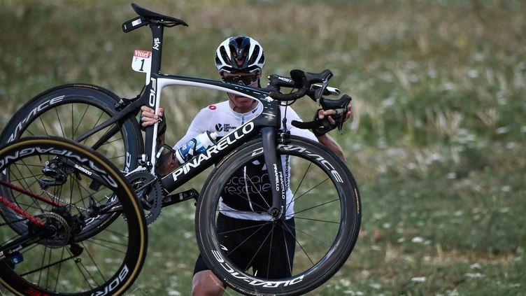 Chris Froome sort de route lors de la 1re étape du Tour de France 2018. (JEFF PACHOUD / POOL)