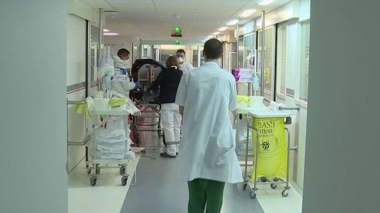 Covid-19 : des transferts d'hôpitaux publics aux cliniques privées pour faire face à l'afflux de patients (France 2)