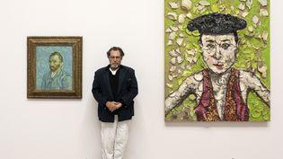 Julian Schnabel au musée d'Orsay en 2018, entre l'autoportrait de Vincent Van Gogh et une de ses oeuvres. (PHOTO SOPHIE CREPY BOEGLY)