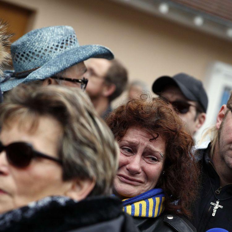 Des fans de Johnny Hallyday, le 6 décembre 2017, devant sa villa de Marnes-la-Coquette (Hauts-de-Seine). (CHRISTOPHE ENA / AP / SIPA)