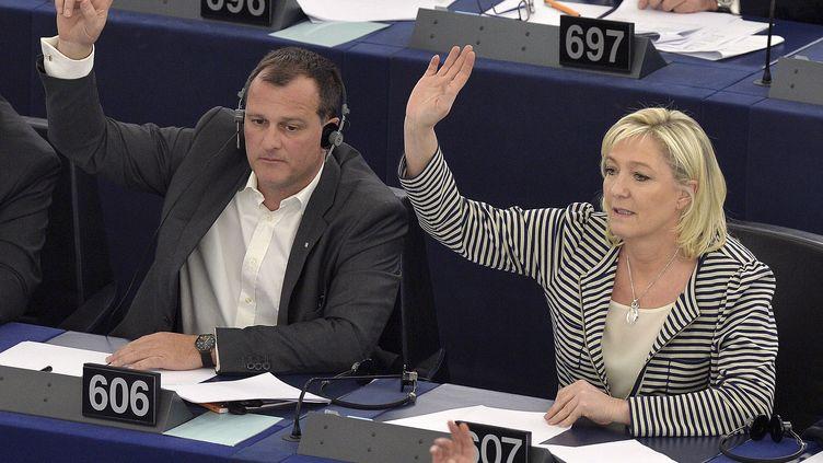 Les eurodéputés FN Louis Aliot et Marine Le Pen participent à un vote au Parlement européen, à Strasbourg (Bas-Rhin), le 10 mars 2015. (PATRICK HERTZOG / AFP)